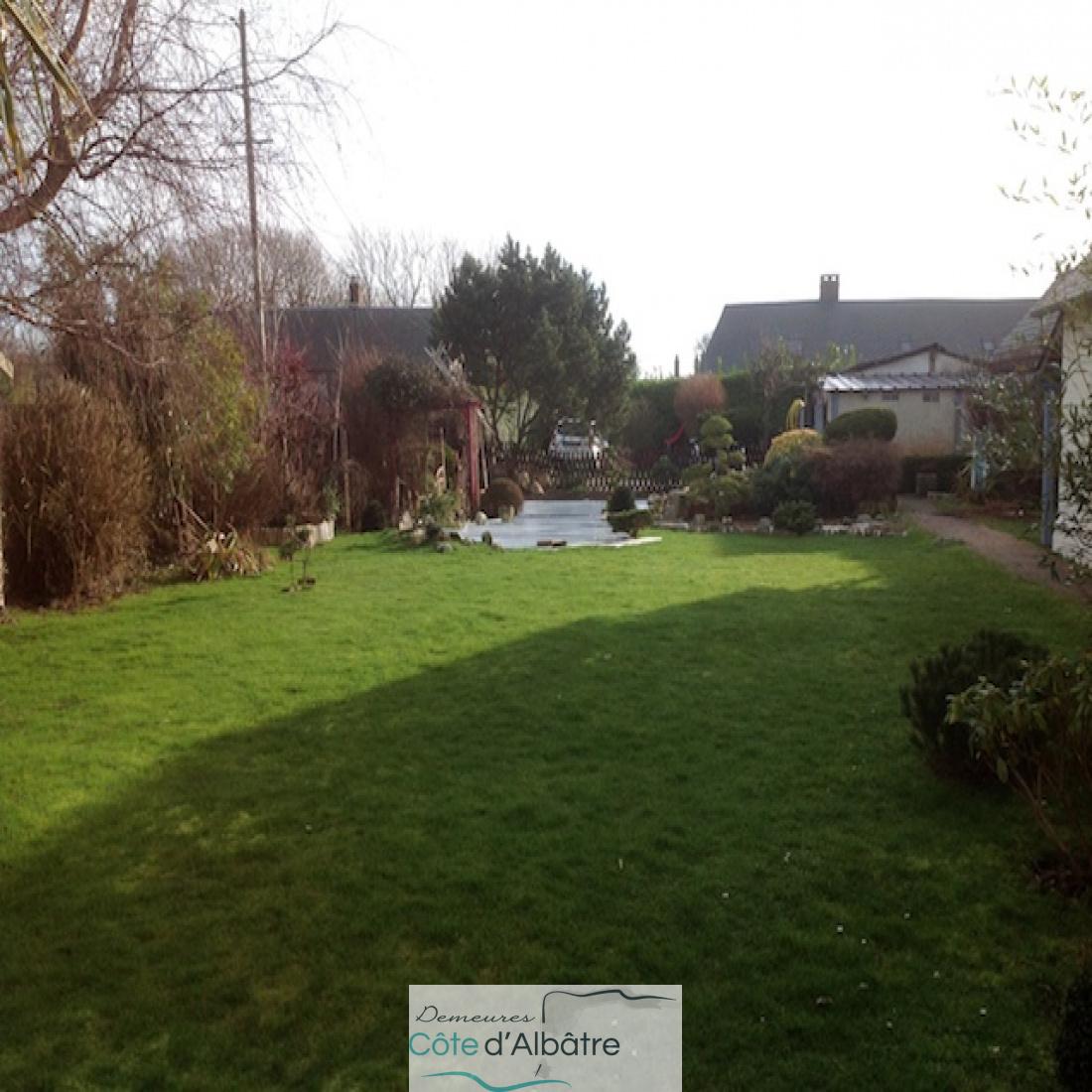 jardin de 1042m2 avec garages, dépendance et bassin.